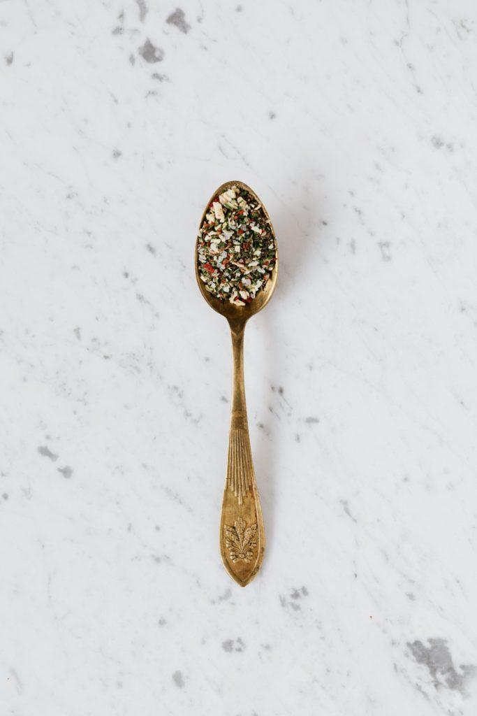 cuillère dorée marbre blanc