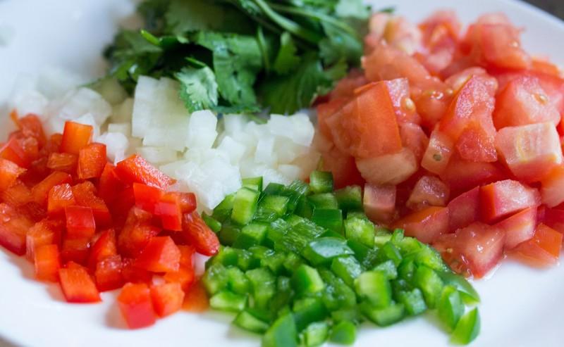 légumes découpés en dé dans une assiette