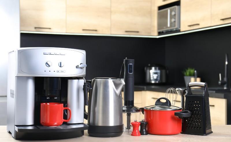 appareils de cuisine posés les uns à côté des autres sur un plan de travail