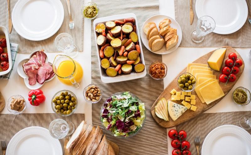 table mise avec assiettes, couverts et plats