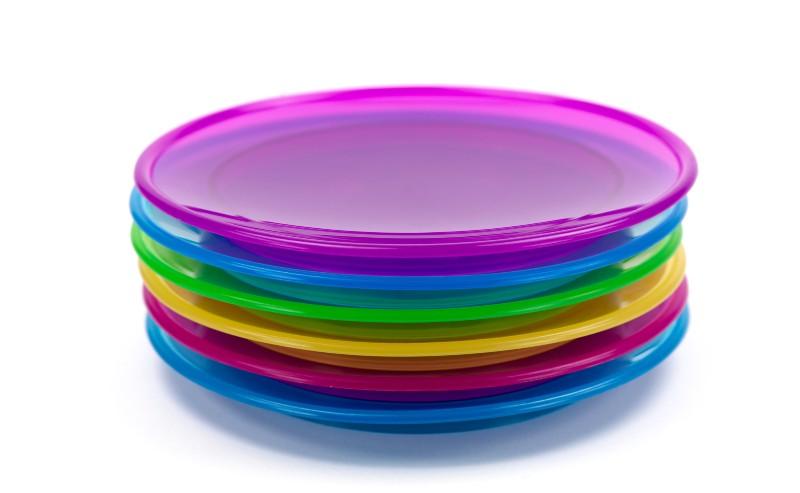 pille assiettes en palstqiue de différentes couleurs