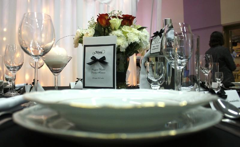 table dréssée avec assiette porcelaine