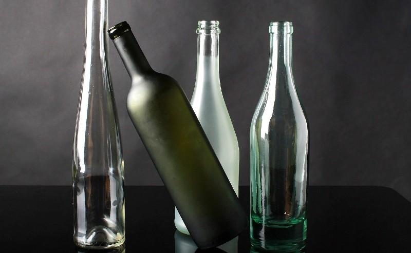 différentes bouteilles ne verre posées sur un plan de travail