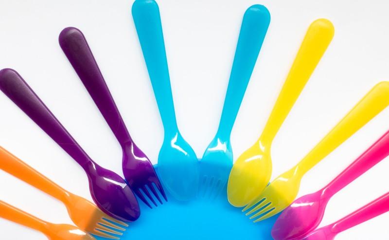 couverts enfants coloré autour d'une assiette