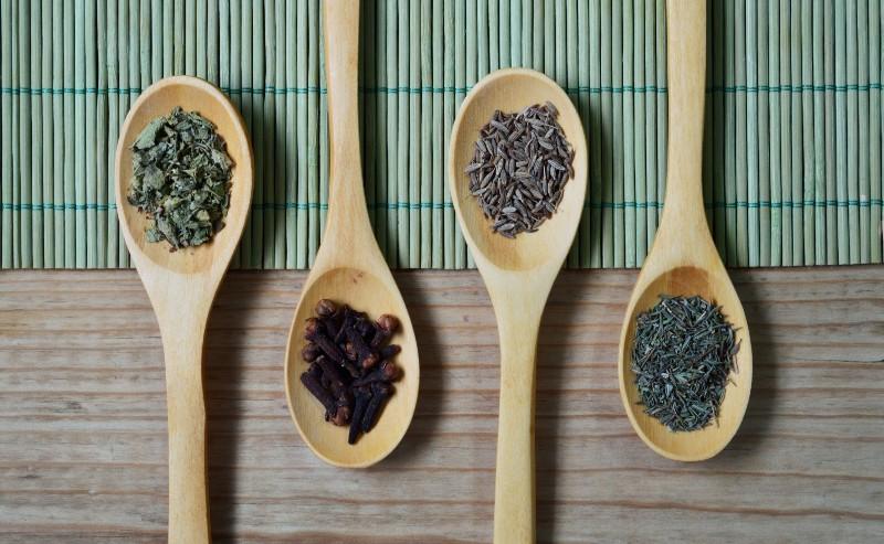 différentes épices disposées dans des cuillères
