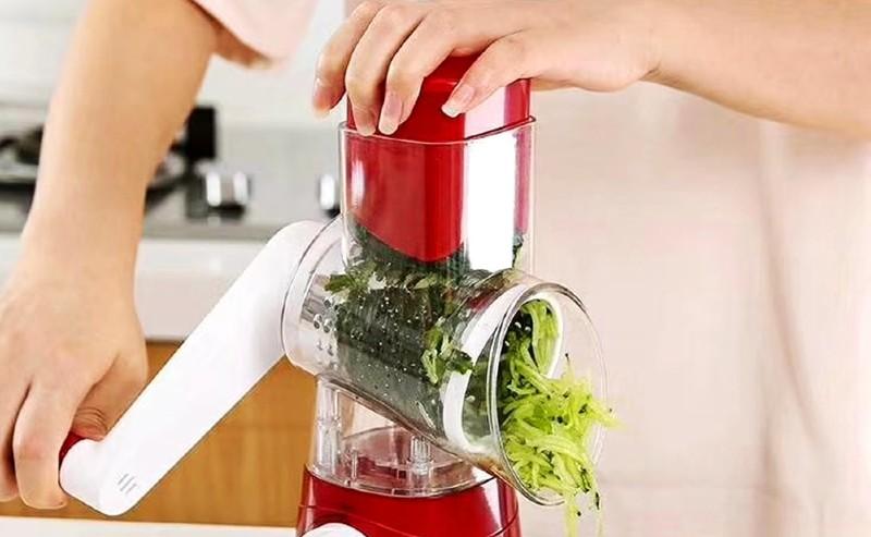 femme qui hache des légumes avec un hachoir manuel