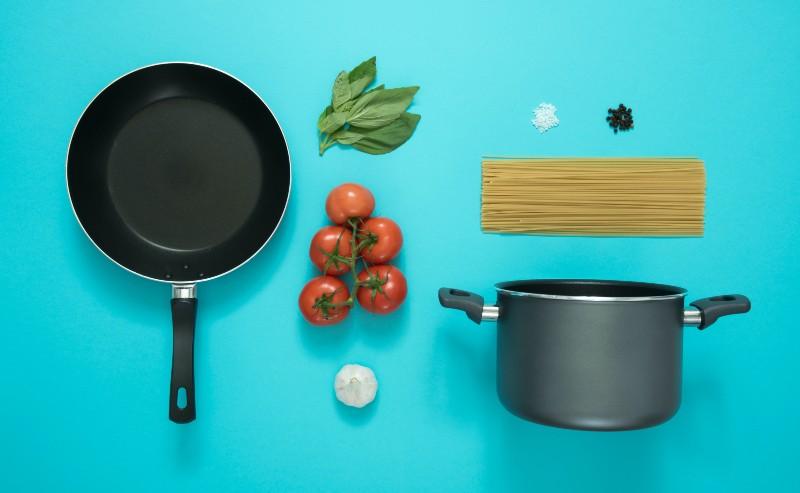 appareil de cuisson, c 'est à dire poêle et casserole, tout pour préparer le repas
