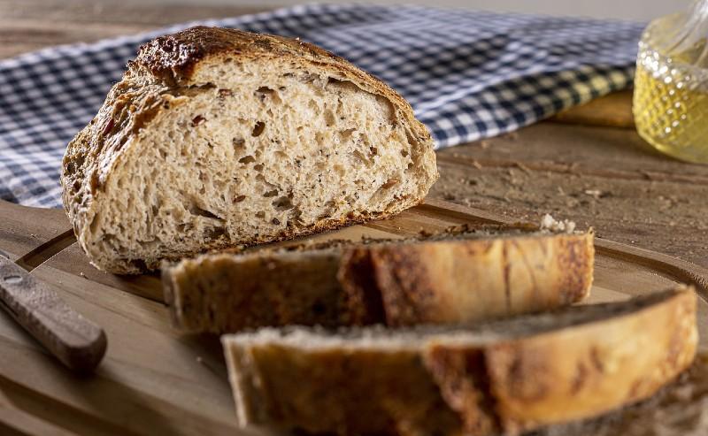 tranches de pain découper sur une planche à pain