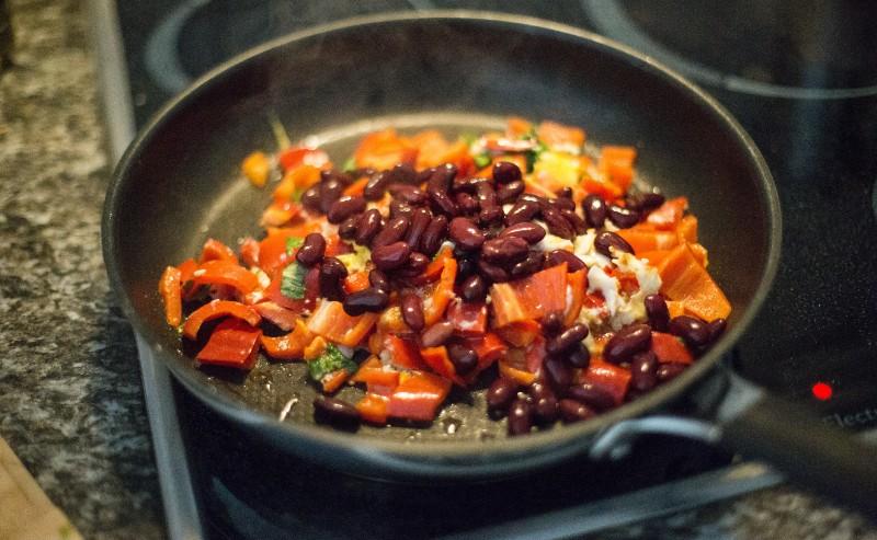 des haricots rouge dans une poêle à frire