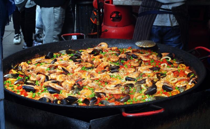 paella préparée dans une poêle à paella