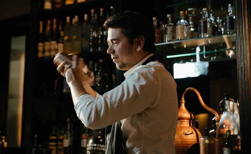barman secouant son shaker à cocktail
