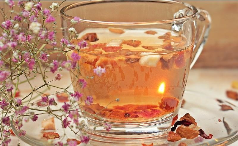 tasse de thé préparée avec une theière en fonte