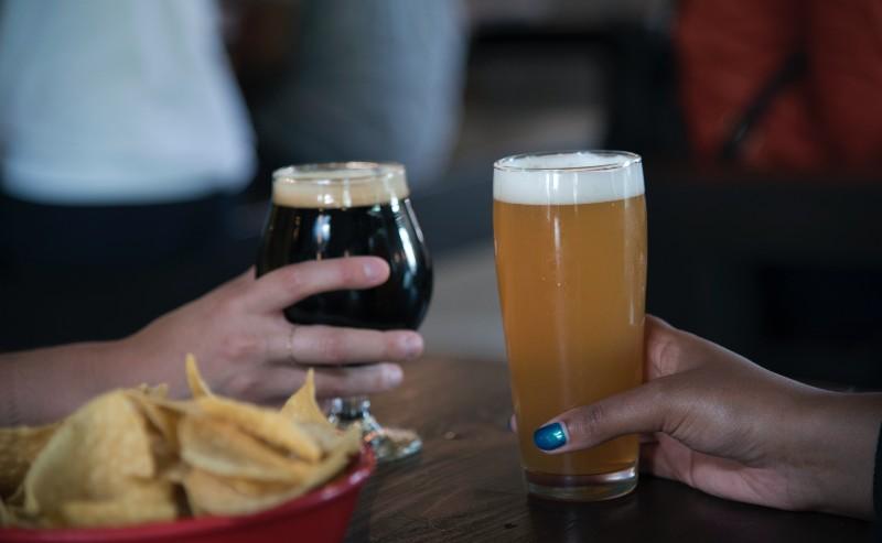 verre à bière posé sur une table