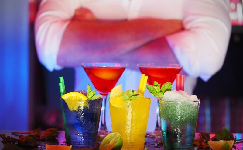 barman qui à préparé des cocktails et versé sa préparation dans des verres à cocktail