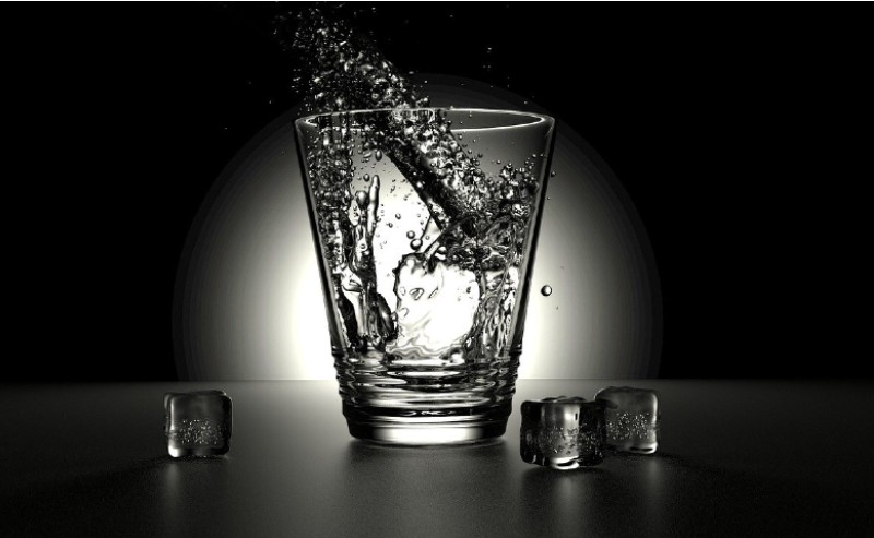 verre d'eau avec des glaçons